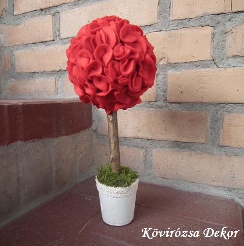 mini filc gömbfa, piros, 28 cm magas, a gömb átmérője 12 cm, KÓD: TV 03