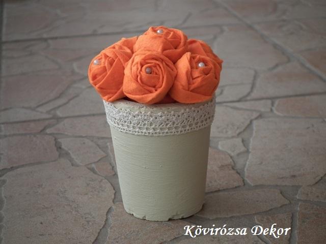 mini filckaspó, krémszínű festett beton, narancssárga filcvirágok, KÓD: TV 16