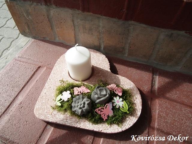rózsaszín beton szív beton virágokkal, ragasztott díszekkel, mohával
