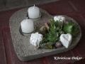 szív alakú könnyűbeton dísz kövirózsákkal, beton virágokkal