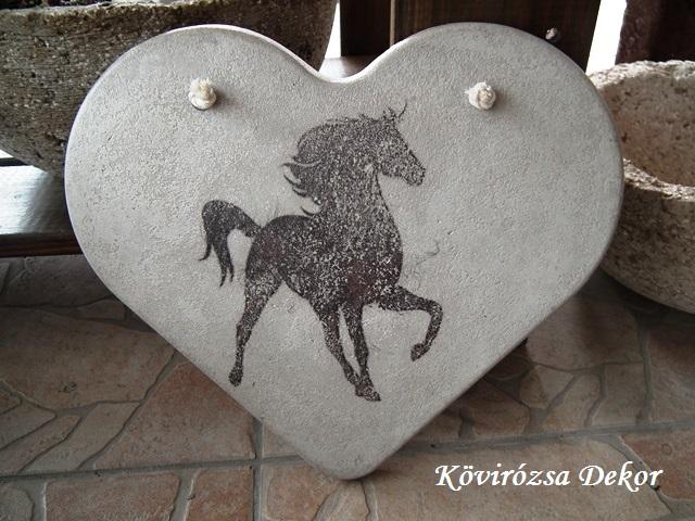 beton szív kép lóval, natúr, 26x23 cm, KÓD: KK 63