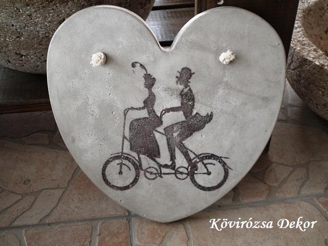 beton szív kép bicikliző párral, natúr, 21x21 cm, KÓD: KK 64