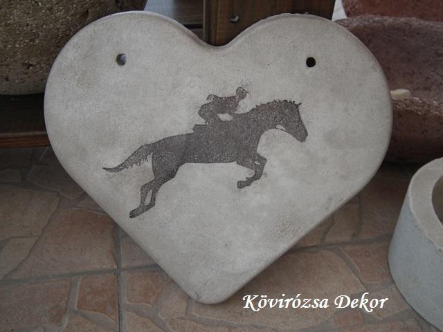 beton szív kép transzferálással, ugrató ló, 26x23 cm, KÓD: KK 66