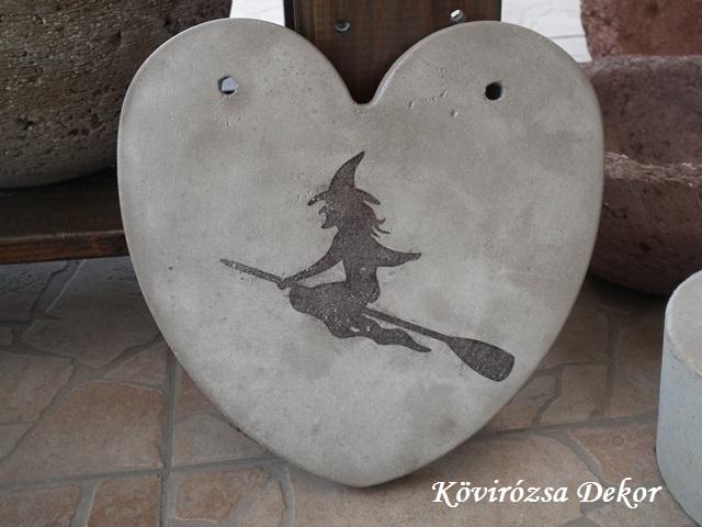 beton szív kép transzferálással, söprűs boszorkány, 21x21 cm, KÓD: KK 67
