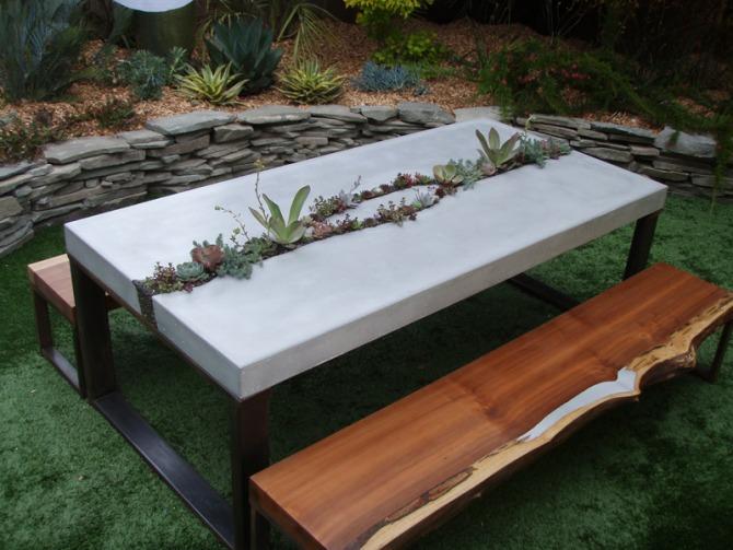 beton asztal pozsgásokkal