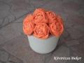 krémszínű festett beton filckaspó, narancssárga filcvirágok, KÓD: TV 17
