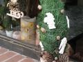 grincsfa, 50 cm magas, könnyűbeton talpon, beton és termés díszekkel,  KÓD: KAR 07