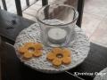 könnyűbeton gyertyatartó, fehér, sárga virágokkal, 13 cm átmérőjű, üvegpohárral, KÓD: KGY 18