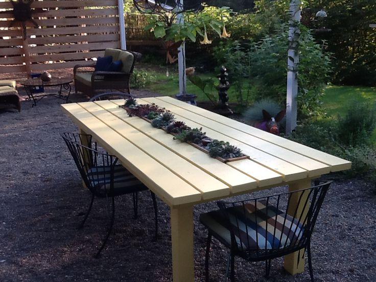 fa asztal pozsgásokkal beültetve
